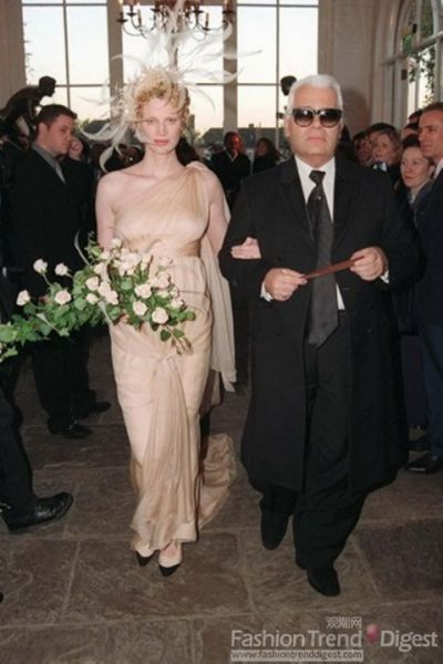 Karl在超模Kristen McMenamy与摄影师Miles Aldridge的婚礼上