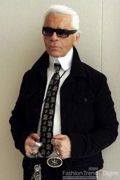 更多的银戒指,更高的领子,还有皮带扣饰让眼前的这个Karl离我们越来越近。