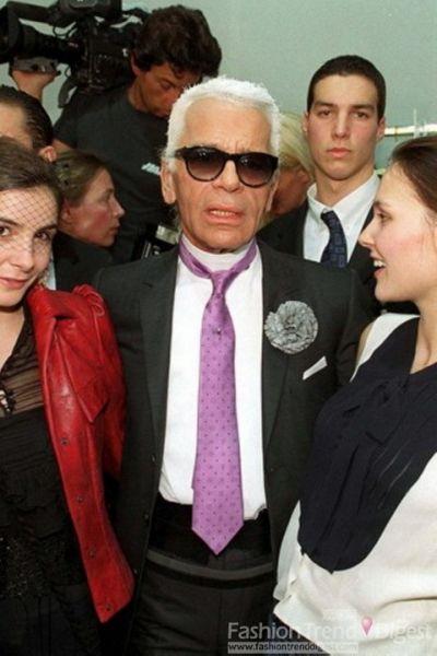 Karl被Clothilde Courau和Virginie Ledoyen簇拥着