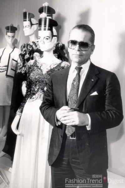 香奈儿展览,Karl以经典的墨镜和领带出现。