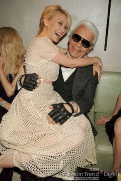 Kylie公主也坐在了Karl的腿上