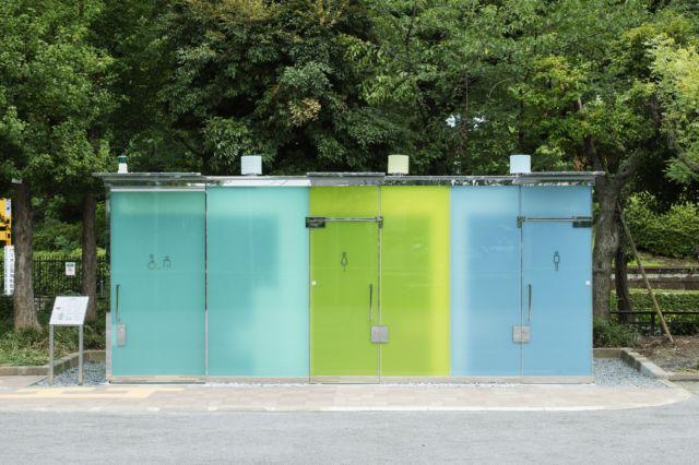 使用厕所时,有色的玻璃隔板就会不再透明。