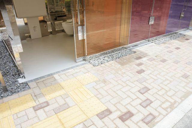 坂茂在代代木深町小公园公厕的地面细节处理上,将盲道铺设到公厕入口