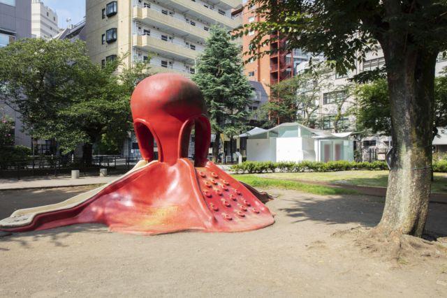 惠比寿东公园章鱼造型的滑梯后是��文彦<a href=http://www.ccdol.com/ target=_blank class=infotextkey>设计</a>的厕所