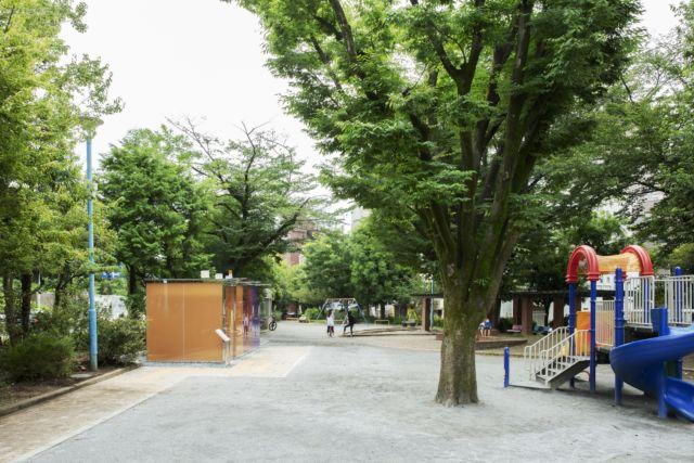 代代木深町小公园公厕与周围儿童乐园的色彩呼应。