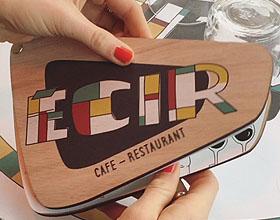 巴黎Eciro咖啡馆的木制菜单―这个菜单有些别致
