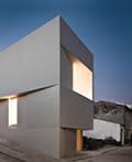 建在山上的纯白别墅