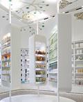 洁白时尚的国外药店室内设计