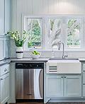 宁静的蓝色厨房设计―橱柜、墙壁和柜台设计成蓝色
